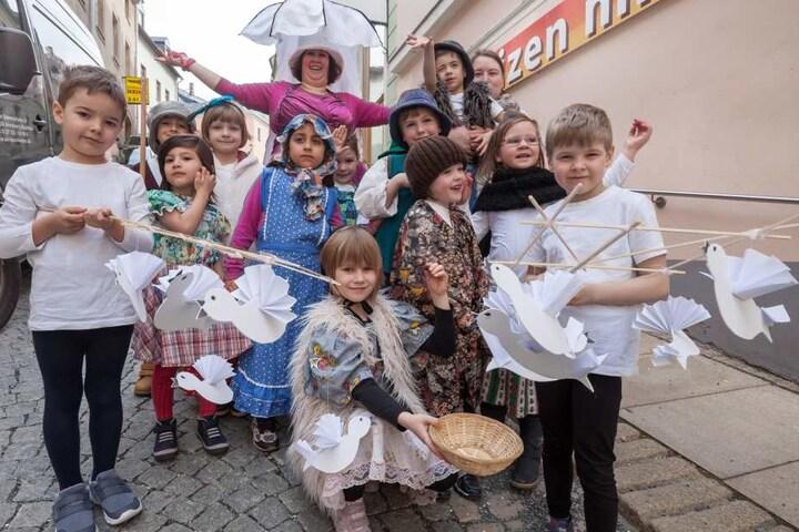 """Kinder der Igel Gruppe des Kindergarten """"Buchholzer Waldzwerge"""" spielten eine Kurzversion von """"Drei Haselnüsse für Aschenbrödel""""."""