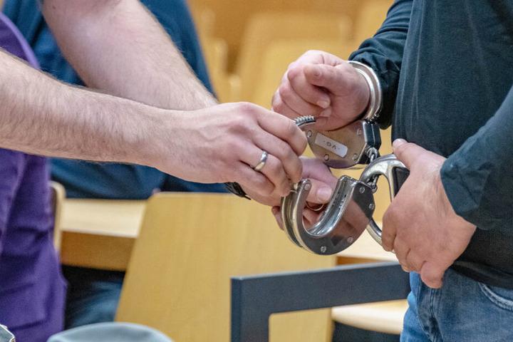 Ein 57 Jahre alter Mann wurde zu zwei Jahren und acht Monaten Gefängnis verurteilt. (Symbolbild)