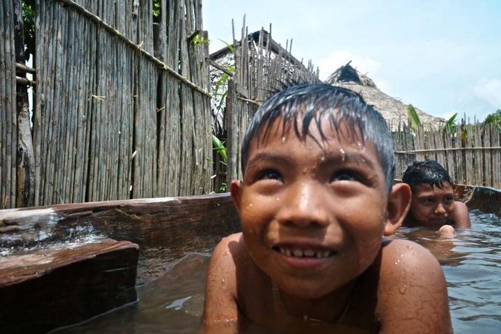 Kinder des Stammes der Kuna spielen im Wasser im Dorf Ustupu auf den San-Blas-Inseln
