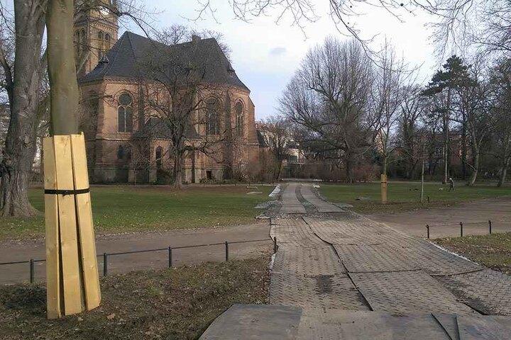 """Der aufgeweichte Parkboden wurde durch einen provisorischen """"Bauweg"""" hinter der Lutherkirche abgedeckt und stabilisiert."""