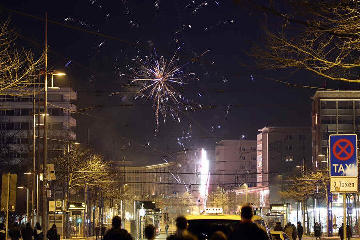 In Chemnitz beobachteten zahlreiche Menschen in der Innenstadt das Feuerwerk.