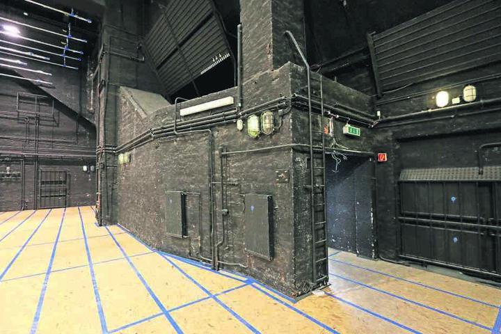 Die Hauptbühne des Gewandhauses in ihrem aktuellen Zustand. Am Fußboden wird  schon gearbeitet.