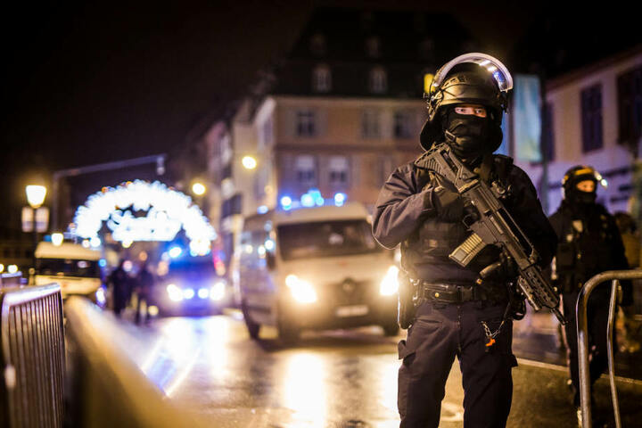 Spezialkräfte sichern den Zugang zur Straßburger Altstadt.