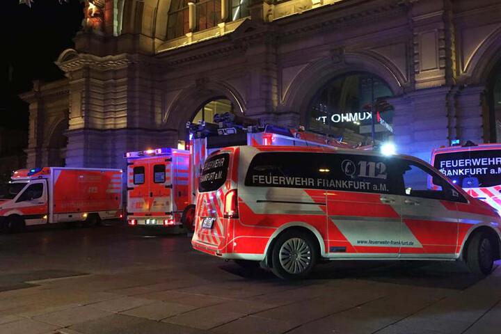 Das Foto zeigt Fahrzeuge der Feuerwehr und des Rettungsdienstes vor dem Frankfurter Hauptbahnhof.