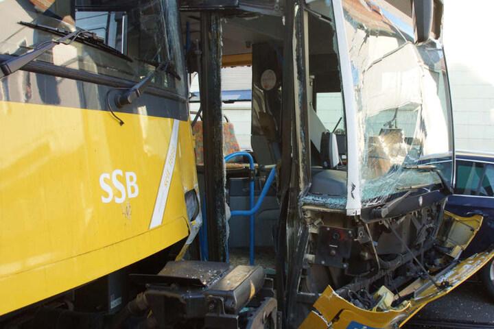 Drei Menschen sind durch den Unfall leicht verletzt worden.