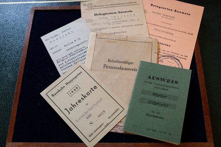 Zahlreiche Ausweise, Dokumente und Briefe aus dem Nachlass des DDR-Gründers Ulbricht wurden in Hamburg versteigert.
