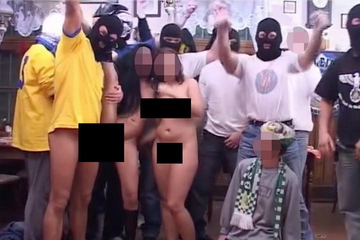 Zu Beginn des Pornos sind neben zehn Lok-Anhänger und einem Chemiker (kniend) auch die beiden nackten Frauen zu sehen. Der Herr rechts im schwarzen Oberteil trägt den Reichadler auf seinem Shirt.