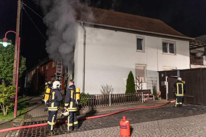 Beim Eintreffen der Feuerwehr drang schon dichter Rauch aus dem Haus.
