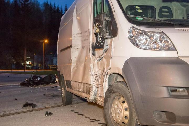 Der Motorradfahrer war mit voller Wucht in den Transporter gekracht.
