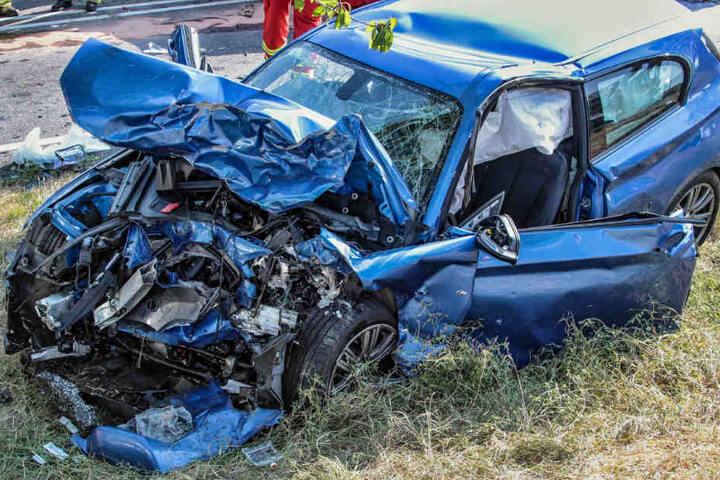 Der völlig demolierte BMW der 25-Jährigen.