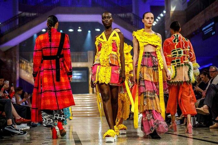 Die bunten Kleider der dänischen Designerin Laerke Koldskov wurden von der Jury lobend erwähnt - Görlitz spendierte ihr ein Wochenende in der Stadt.