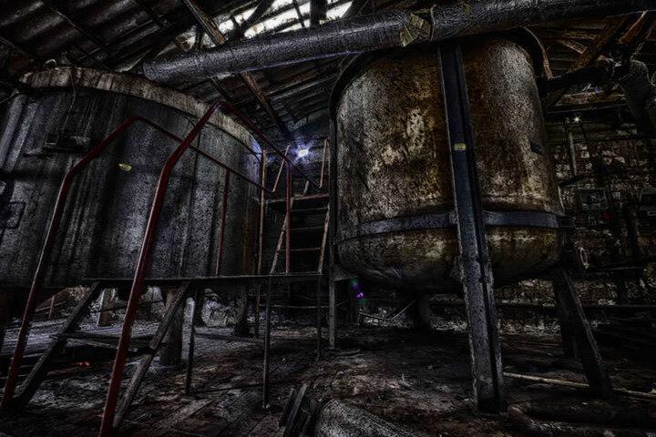 Große Tanks stehen in dieser Halle. Ihr Inhalt ist unbekannt.