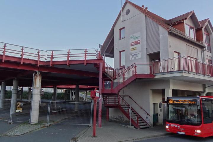 Investruine im Stadtzentrum: Der Busbahnhof samt Parkdeck und  Versorgungsgebäude kurz nach der Komplett-Sperrung.