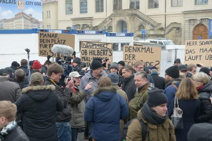 Mehr als einhundert Anhänger des islam- und fremdenfeindlichen Bündnisses waren vor der Frauenkirche.