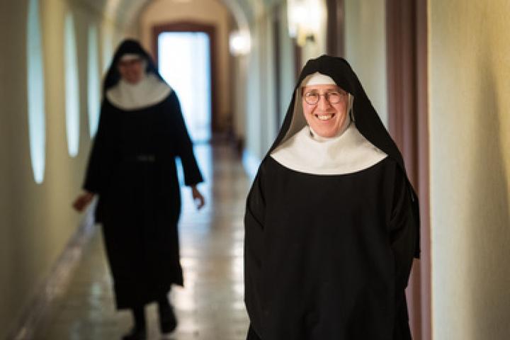 Wenn es nicht gerade irgendwo etwas zu Löschen gibt, geht die 52-Jährige ihren Pflichten als Gottesdienerin nach.
