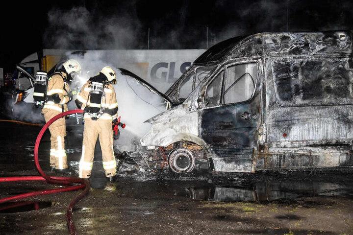 Der Amazon-Transporter brannte komplett aus.