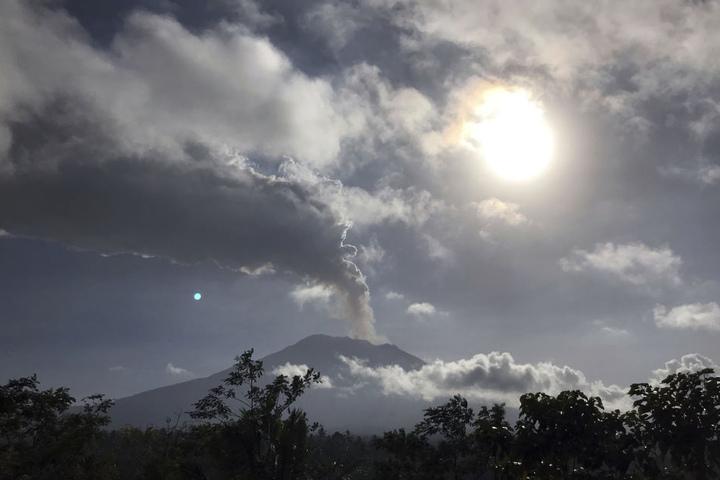 Flughafen der Insel Bali wegen Vulkanasche geschlossen