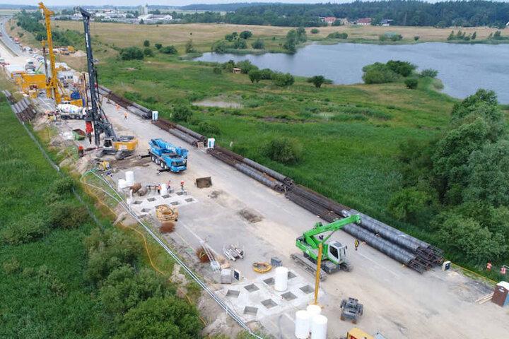 Zwei Baufirmen errichten derzeit eine Behelfsbrücke an der A20 bei Tribsees.