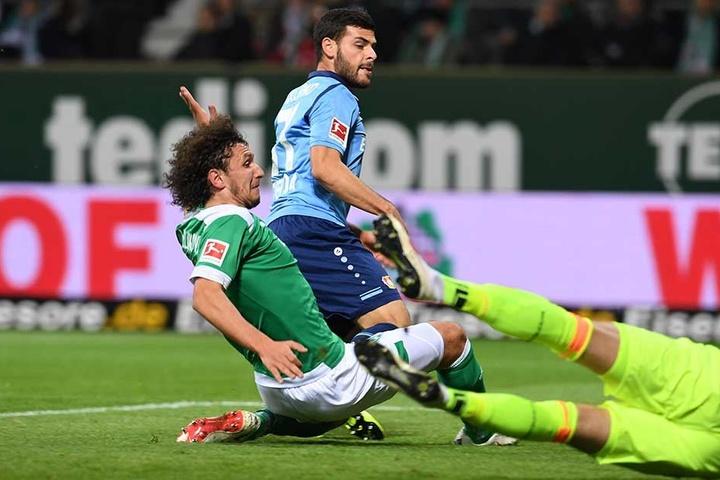 Kevin Volland (M) erzielt gegen Bremens Milos Veljkovic und Torwart Jiri Pavlenka das 0:1.