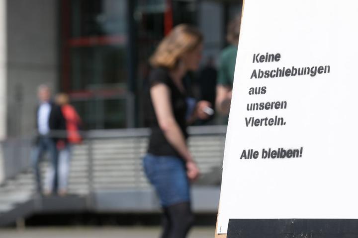 Vor dem Landtag protestierten etwa 50 Menschen gegen den Gewahrsam.  Aufgerufen hatte der Sächsische Flüchtlingsrat.