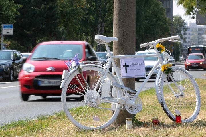 Ein Geisterrad erinnert an die tote Radfahrerin.
