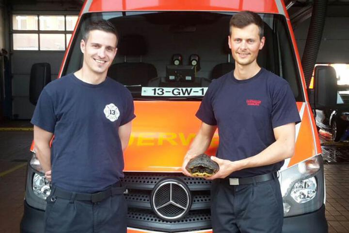 Oberbrandmeister Thomas Wrzesniewsk (links) und Brandmeister Malte Reese waren so stolz, dass sie sogar für ein Foto mit der Schildkröte posierten.