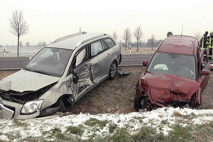 An den beiden Fahrzeugen entstand ein Totalschaden.