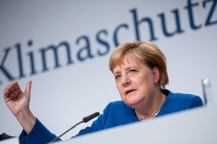 Angela Merkel spricht bei einer Pressekonferenz.