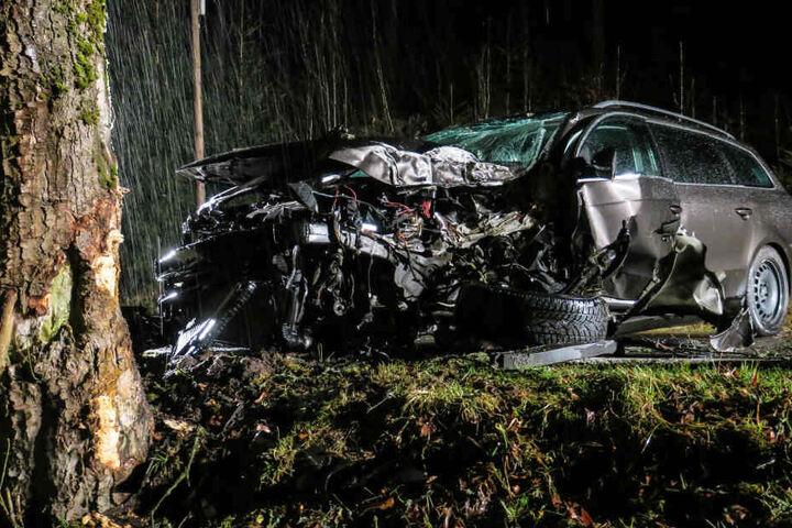 Der VW krachte frontal gegen einen Baum.