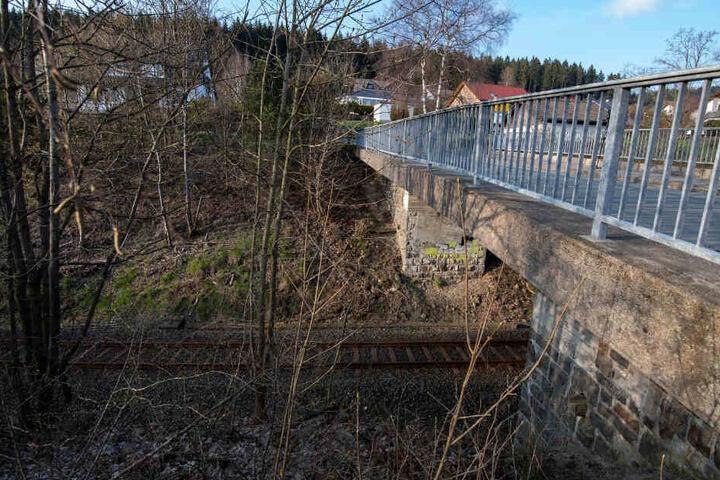 Von dieser Brücke hingen die Gullydeckel an Seilen herab.