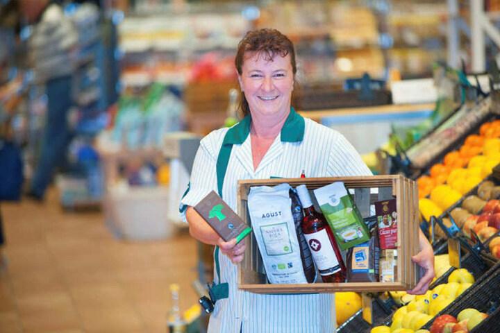 """In der Galeria Kaufhof gibt es Fairtrade-Produkte. Verkäuferin Claudia Thieme (46): """"Wir haben Kaffee, Tee, Wein, Schokolade und Kakao."""""""