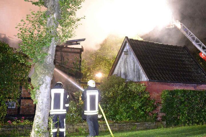 Die Feuerwehr rückte mit einer Drehleiter an.