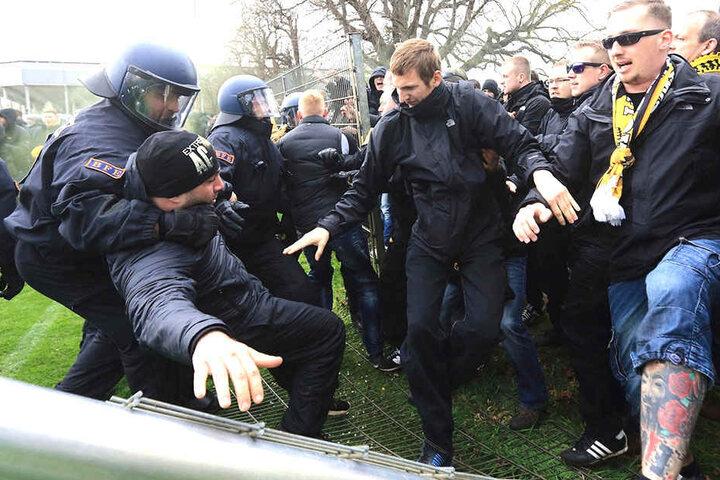 In Magdeburg räumten sich Chaoten den Weg zum Spiel frei. Die Angeklagten sind hier nicht im Bild.