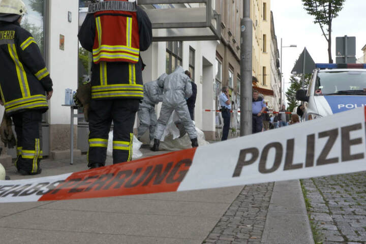 Da nicht bekannt war, um welche Substanz es sich handelte, arbeitete die Feuerwehr in spezieller Schutzkleidung.
