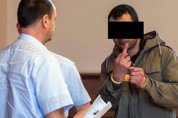 Zum Prozessauftakt begrüßte der Vergewaltiger die Presse noch mit dem Stinkefinger.