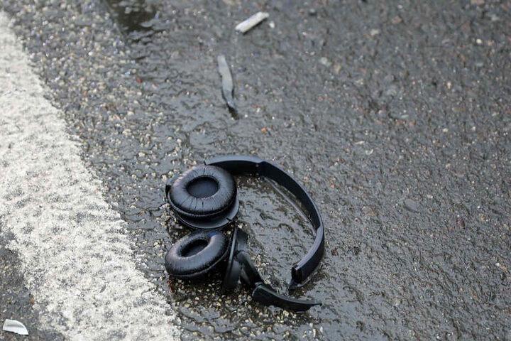 Am Straßenrand lagen die Kopfhörer des jungen Mannes.