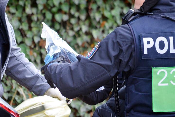 Die Polizei sicherte in dem Haus Beweise und Diebesgut.