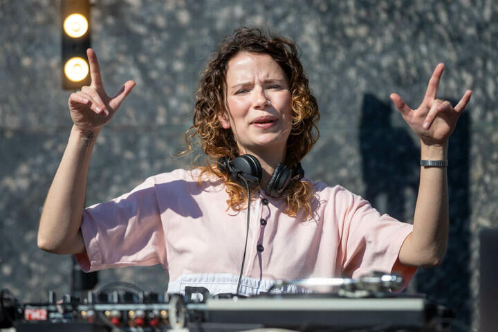"""Die Leipziger DJane Jenny Sharp war die erste beim 2019er """"Am Kopp""""-Auftakt."""