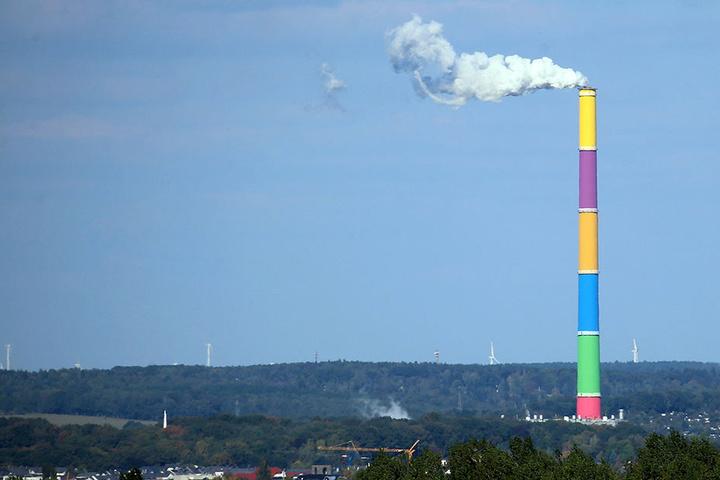 Weithin sichtbar ist die bunte Esse eines der Wahrzeichen von Chemnitz.