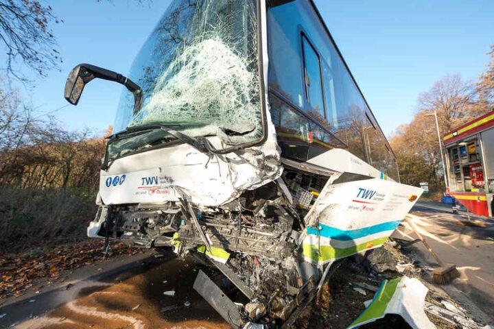 An dem beteiligten Bus entstand erheblicher Schaden.