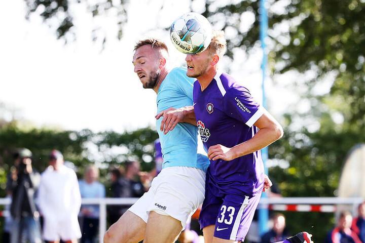 Aue-Kicker Christoph Daferner (r.) im Kopfballduell mit Viktorias Abwehrrecke Tobias Gunte.