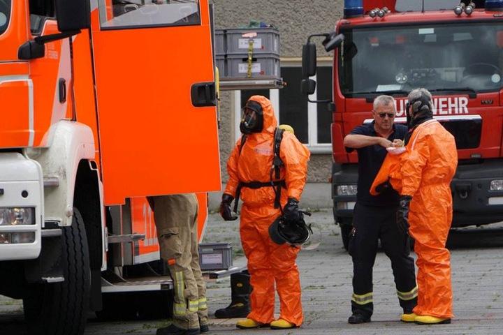 Die Berliner Feuerwehr rückte an und musste mit Spezialanzügen das Gebäude betreten.