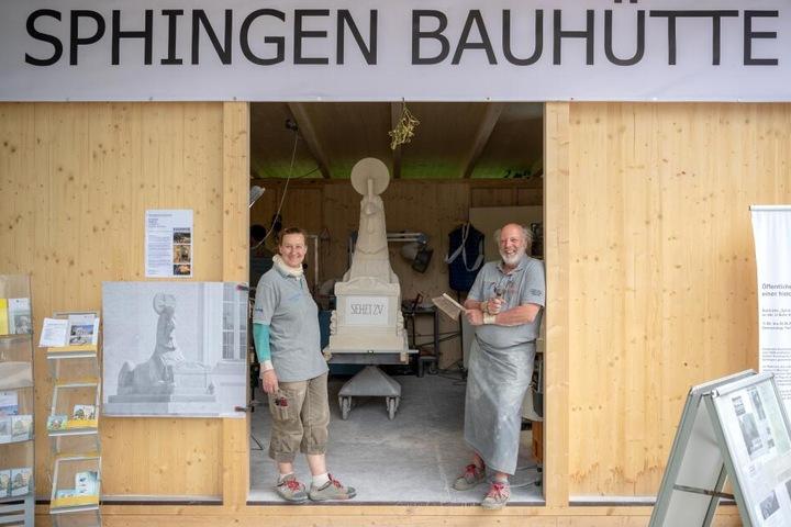 Vor der Sphingen-Bauhütte am Friedhof stehen die Steinmetzmeister Barbara Oppenrieder (l) und Wolfgang Gottschalk.