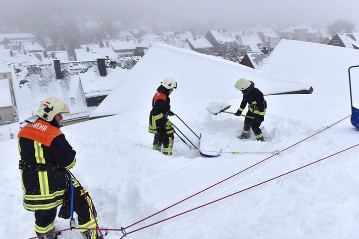 Tief unter dem Schnee steckt die Geißinger Eishalle versteckt.
