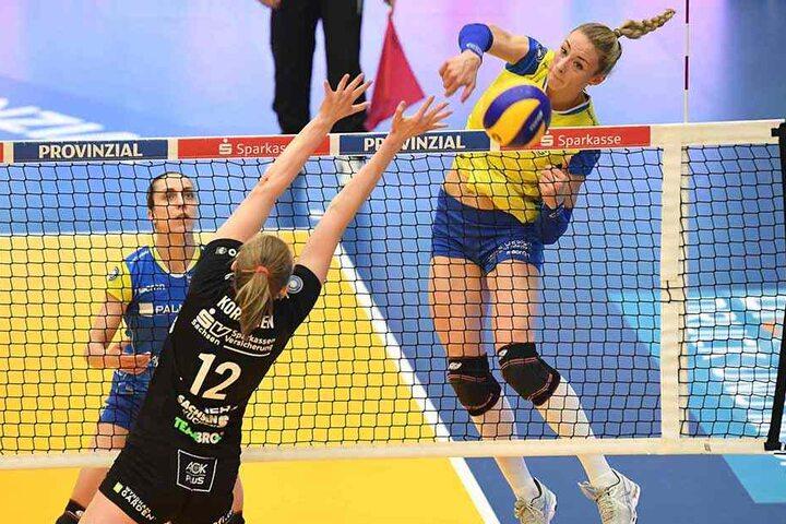 Die Ex-Dresdnerin Louisa Lippmann, hier im Angriff gegen Piia Korhonen, war mit 22 Punkten auch im zweiten Halbfinale Schwerins überragende Topscorerin. Foto: Dietmar Albrecht