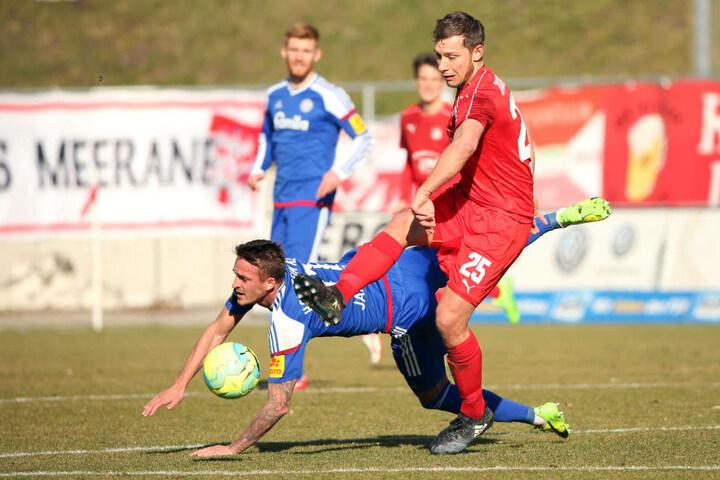 Manuel Janzer (Kiel) kämpft mit Robert Koch (FSV) um den Ball.