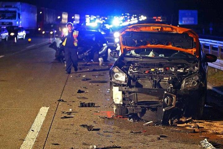 Mindestens drei Autos sollen nach dem Unfall Totalschaden haben.