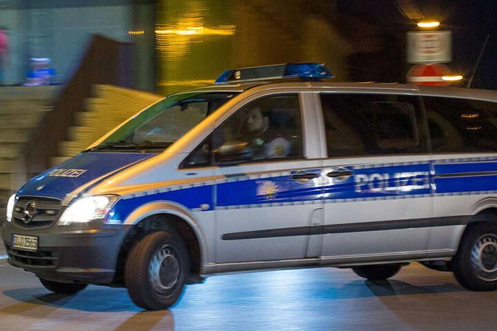 Die Dresdner Polizei rückt immer wieder zu Einsätzen an der Scheune aus.