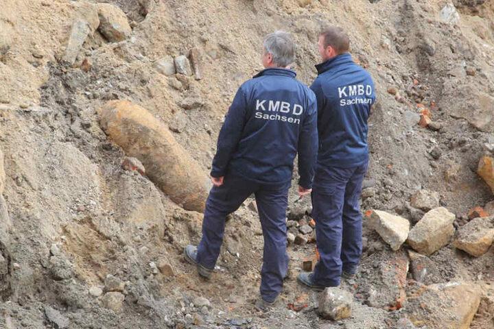 Die Mitarbreiter der Kampfmittelbeseitigung inspizierten die Bombe am Donnerstagmittag.