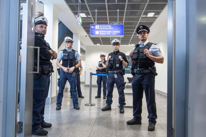 Beamte der Bundespolizei nahmen die Frau am Flughafen in Empfang. (Symbolbild)
